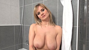 Saggy tits MILF pussy fucking in the bath solo
