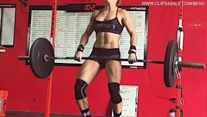 Muscled brunette workout in HD
